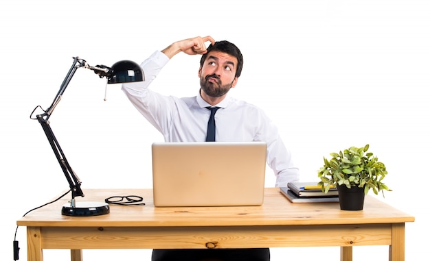 Uomo d'affari nel suo ufficio che ha dubbi