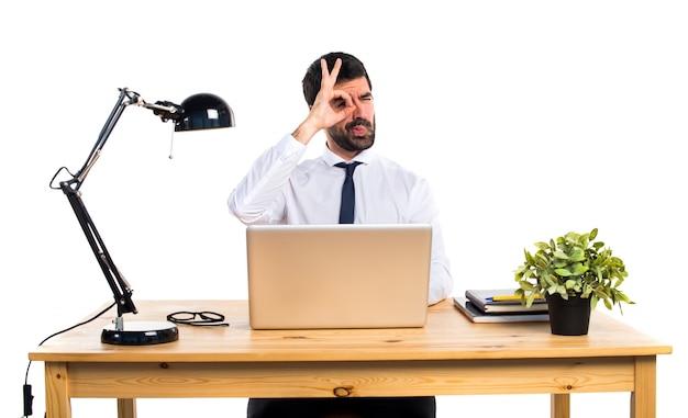 Uomo d'affari nel suo ufficio facendo uno scherzo