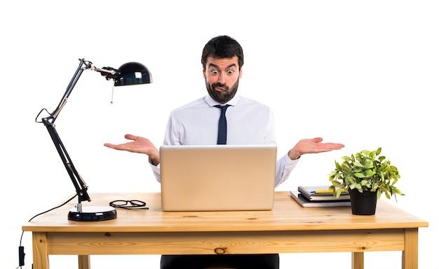 Uomo d'affari nel suo ufficio rendendo gesto insignificante