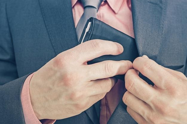 Uomo d'affari e il suo portafoglio