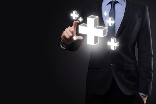 사업가는 3d 플러스 아이콘을 잡고, 남자는 이익, 혜택과 같은 긍정적인 것을 손에 들고 있습니다.
