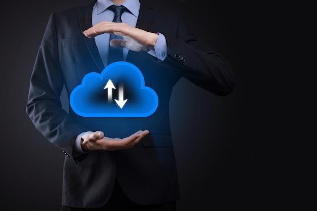 Бизнесмен удерживайте значок облака. концепция облачных вычислений - подключите смартфон к облаку. вычислительная сеть информационного технолога со смартфоном. концепция больших данных.
