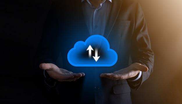 ビジネスマンはクラウドアイコンを保持します。クラウドコンピューティングの概念-スマートフォンをクラウドに接続します。スマートフォンを使用したコンピューティングネットワーク情報技術者。ビッグデータの概念。