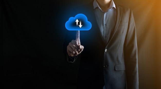 사업가는 클라우드 아이콘을 잡고 있습니다. 클라우드 컴퓨팅 개념 - 스마트 폰을 클라우드에 연결합니다. 스마트 폰으로 컴퓨팅 네트워크 정보 기술자입니다. 빅 데이터 개념입니다.