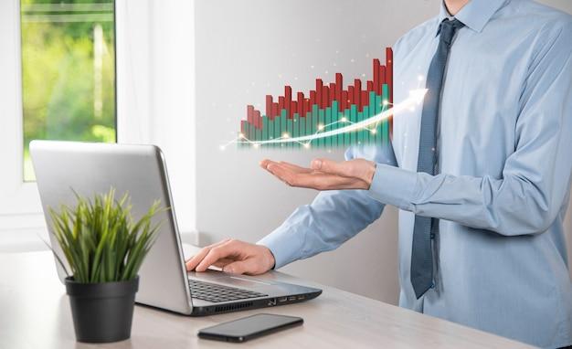 사업가 보류 화면 성장 그래프, 긍정적인 성장 아이콘의 화살표 위쪽 화살표와 함께 창의적인 비즈니스 차트를 가리키는 화살표. 금융, 비즈니스 성장 개념