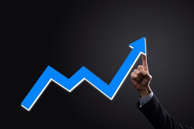 ビジネスマンは、画面の成長グラフ、プラス成長アイコンの矢印に描画を保持します。上向きの矢印でクリエイティブなビジネス チャートを指します。財務、ビジネス成長のコンセプト。