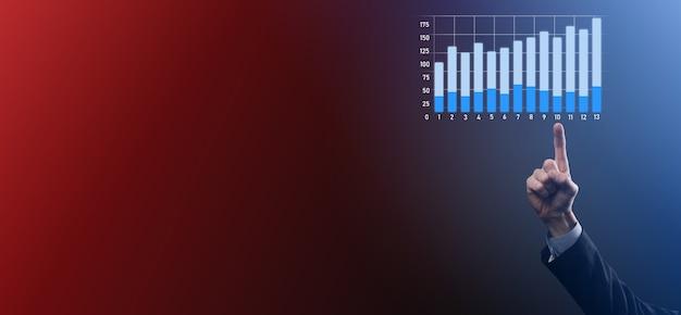 사업가 보류 그래프 성장 그래프, 긍정적 인 성장 아이콘의 화살표. 위쪽 화살표와 함께 창조적 인 비즈니스 차트에서 가리키는
