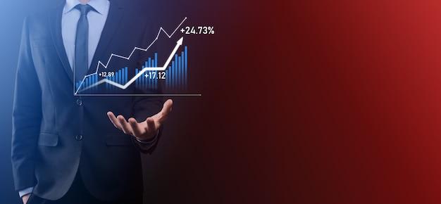 Бизнесмен удерживайте рисунок на экране растущего графика, стрелка значка положительного роста.
