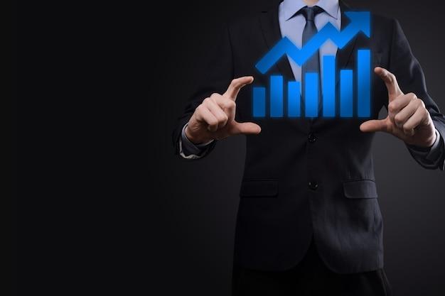 ビジネスマンは、画面の成長グラフ、正の成長アイコンの矢印に描画を保持します。