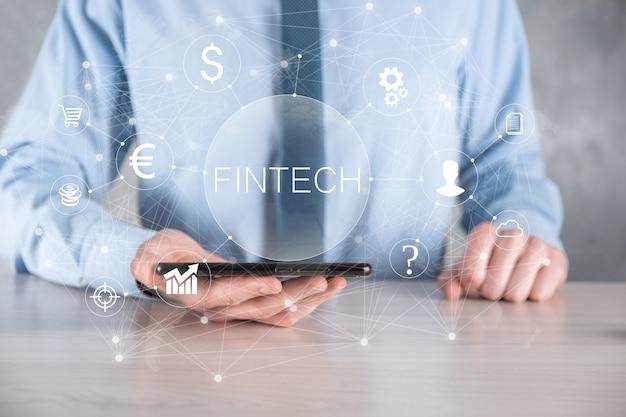 사업가는 fintech-금융 기술 개념을 보유하고 있습니다. 비즈니스 투자 은행 결제입니다. 암호화폐 투자와 디지털 화폐. 가상 화면에 비즈니스 개념입니다.