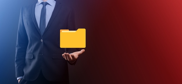 Значок папки удержания бизнесмена. система управления документами или установка dms ит-консультантом с современным компьютером ищут управляющую информацию и корпоративные файлы.