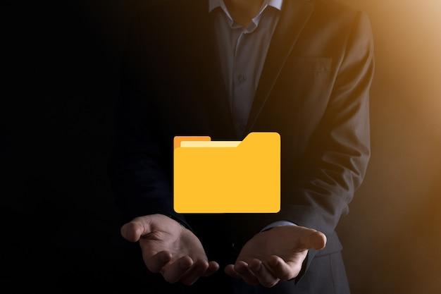 Значок папки удержания бизнесмена. система управления документами или установка dms ит-консультантом с современным компьютером ищут управляющую информацию и корпоративные файлы. обработка бизнеса.