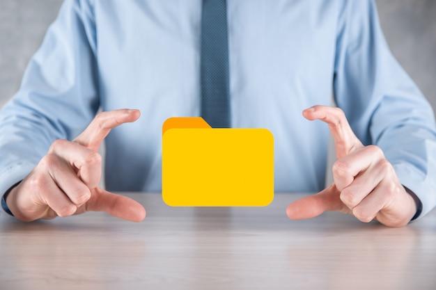 사업가가 폴더 아이콘을 잡고 있습니다. it 컨설턴트가 최신 컴퓨터를 사용하여 설정한 문서 관리 시스템 또는 dms가 관리 정보 및 회사 파일을 검색하고 있습니다. 비즈니스 처리입니다.