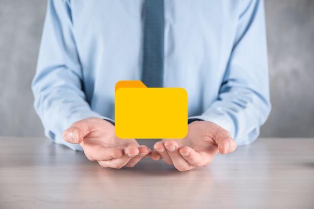 사업가가 폴더 아이콘을 잡고 있습니다. it 컨설턴트가 최신 컴퓨터를 사용하여 설정한 문서 관리 시스템 또는 dms가 관리 정보 및 회사 파일을 검색하고 있습니다. 비즈니스 처리,