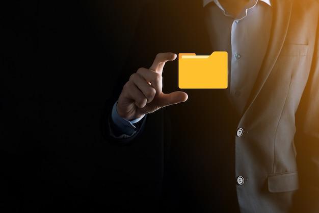 Значок папки удержания бизнесмена. система управления документами или установка dms ит-консультантом с современным компьютером ищут управляющую информацию и корпоративные файлы. обработка бизнеса