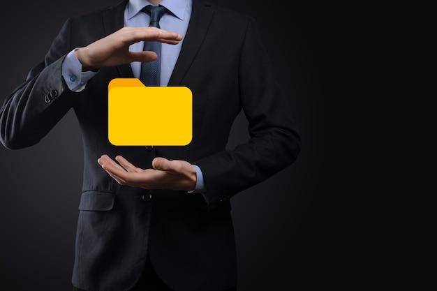 Значок папки удержания бизнесмена. система управления документами или установка dms ит-консультантом с современными