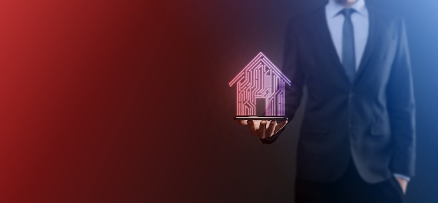 사업가 홀드 하우스 아이콘 스마트 홈 제어, 지능형 하우스 및 홈 오토메이션 앱 개념 pcb 디자인과 스마트 폰을 가진 사람. 혁신 기술 인터넷 네트워크 개념.