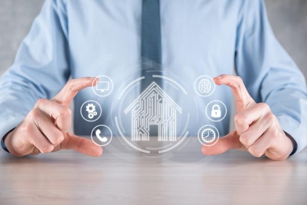 Бизнесмен держать дом значок. умный дом с управлением, интеллектуальный дом и концепция домашней автоматизации