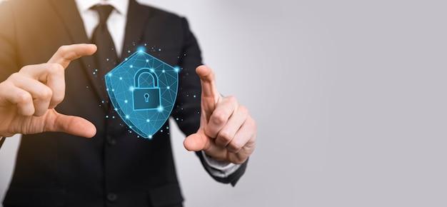 Бизнесмен держит низкополигональный щит со значком замка. концепция системы безопасного доступа. финансовая гарантия для бизнеса для инвестиций. концепция антивируса. технологическая безопасность. сеть защиты, безопасные данные.
