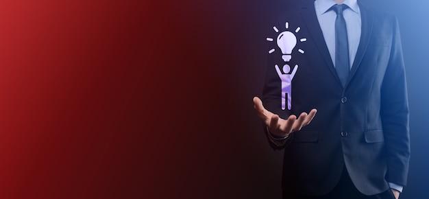 사업가 전구, 혁신적인 기술과 창의력으로 새로운 아이디어의 아이디어와 남자 아이콘을 개최합니다. 반짝이는 전구로 개념 창의력.