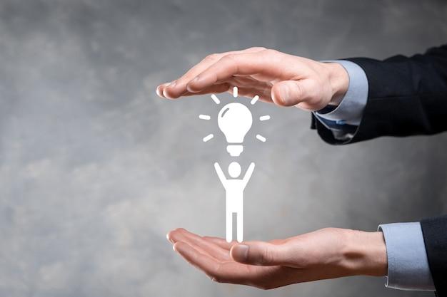 사업가는 혁신적인 기술 창의성으로 새로운 아이디어에 대한 아이디어를 전구로 들고 남자 아이콘
