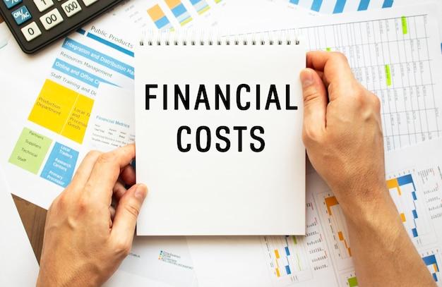 Блокнот удержания бизнесмена с текстом финансовые расходы