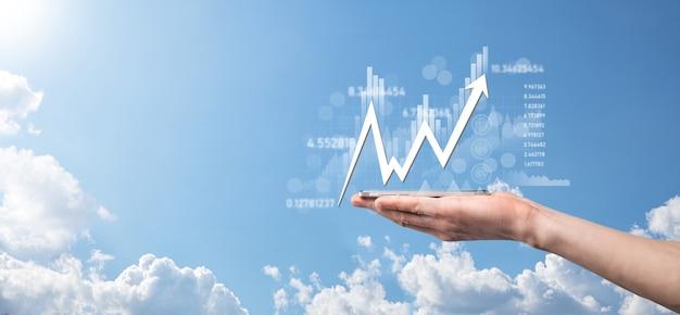사업가는 판매 데이터와 경제 성장 그래프 차트를 보유하고 있습니다. 사업 계획 및 전략. 교환 거래를 분석합니다. 금융 및 은행. 기술 디지털 마케팅. 이익 및 성장 계획. 프리미엄 사진