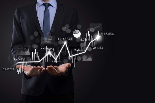 Бизнесмен держать данные о продажах и диаграмму графика экономического роста. бизнес-планирование и стратегия. анализируем биржевую торговлю. финансово-банковское дело. технологии цифрового маркетинга. план прибыли и роста.