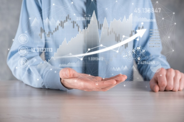 사업가는 판매 데이터와 경제 성장 그래프 차트를 보유하고 있습니다. 사업 계획 및 전략. 교환 거래를 분석합니다. 금융 및 은행. 기술 디지털 마케팅. 이익 및 성장 계획.