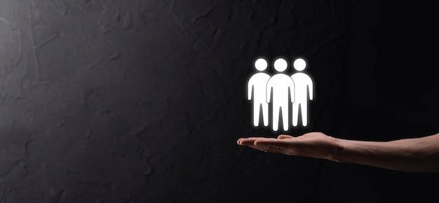 Бизнесмен удерживайте значок совместной работы. создание сильной команды. люди значок. человеческие ресурсы и концепция управления. социальные сети, концепция центра оценки, персональный аудит или концепция crm.