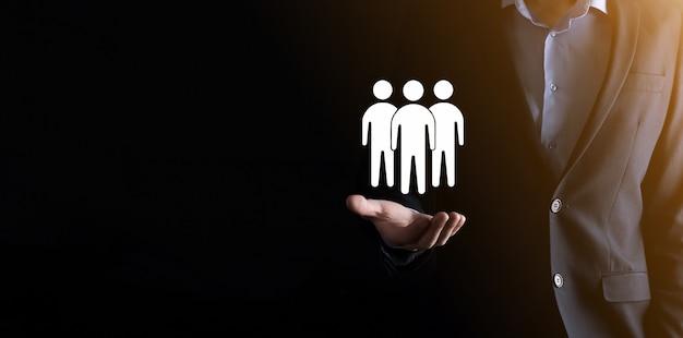 사업가 보류 팀웍 아이콘입니다. 강력한 팀을 구축합니다. 사람 아이콘입니다. 인적 자원 및 관리 개념입니다. 소셜 네트워킹, 평가 센터 개념, 개인 감사 또는 crm 개념.