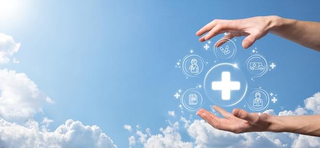 사업가는 가상 플러스 의료 네트워크 연결 아이콘을 보유하고 있습니다. covid-19 전염병은 사람들의 인식을 높이고 의료에 대한 관심을 확산시킵니다. 의사, 문서, 의학, 구급차, 환자 아이콘