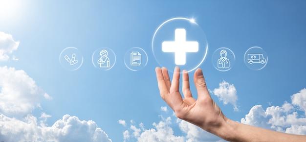 사업가는 가상 플러스 의료 네트워크 연결 아이콘을 보유하고 있습니다. 코비드-19 전염병은 사람들의 인식을 높이고 건강 관리에 대한 관심을 확산시킵니다. 의사, 문서, 의학, 구급차, 환자 아이콘.