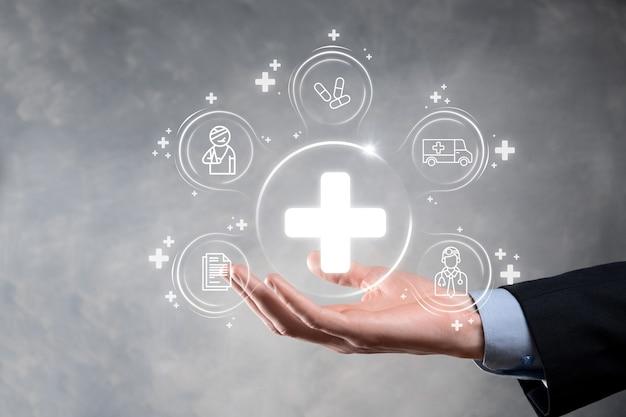 ビジネスマンは、仮想プラス医療ネットワーク接続アイコンを保持します