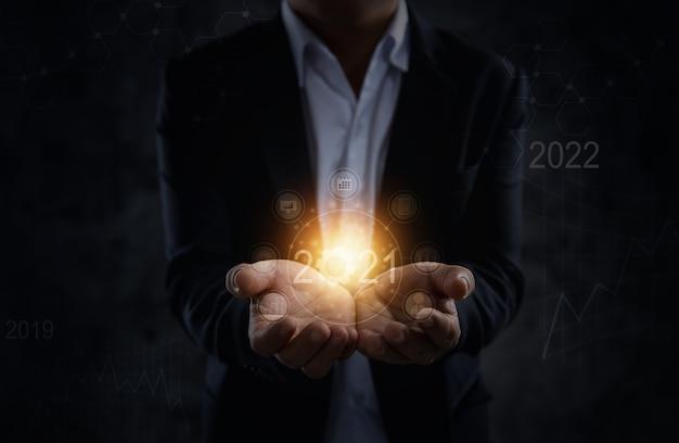 2021年を保持しているビジネスマン