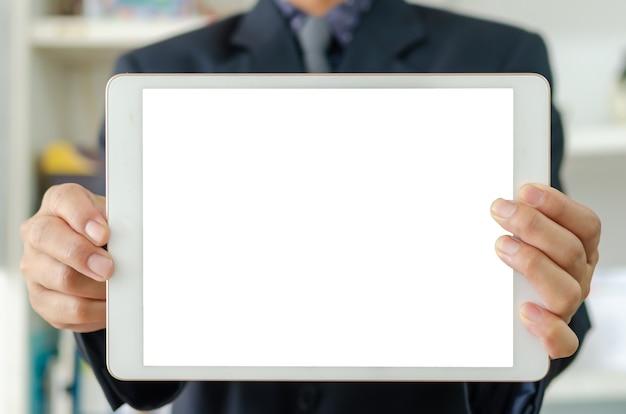 Бизнесмен, держащий пустую белую таблетку сенсорного экрана. используется для размещения текста или информации для рекламы новостей или продажи товаров в интернете. концепция маркетинга бизнеса