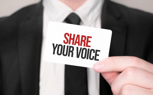 Бизнесмен, держа карту с текстом, поделитесь своим голосом