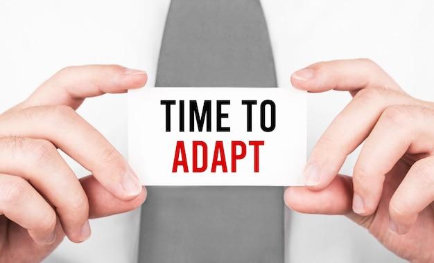 テキストとカードを保持しているビジネスマン適応する時間、ビジネスコンセプト
