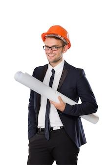 折り畳まれた紙を押しながらヘルメットを使用するビジネスマン