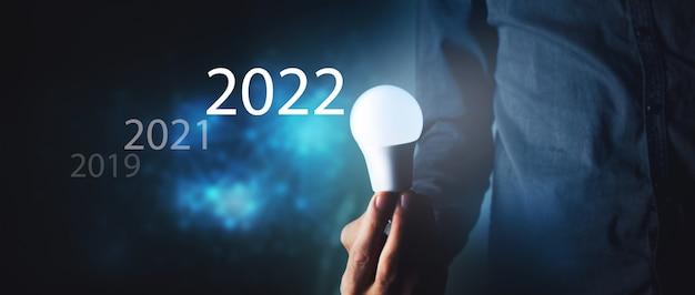 전구를 들고 사업가 2019 2020 2021