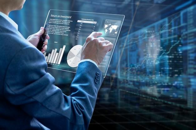 投資リスク管理と投資収益率分析を分析する最新のタブレットタッチスクリーンを保持しているビジネスマン