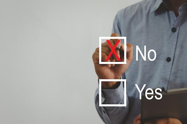 Бизнесмен, держащий ручку с красным крестом на площади виртуального экрана
