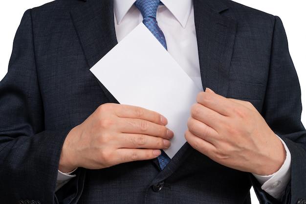彼の手に白い封筒を保持している実業家。