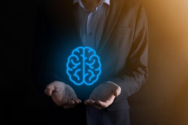 抽象脳とアイコンツール、デバイス、仮想、革新的な開発、将来の技術、科学、革新、ビジネスコンセプトの顧客ネットワーク接続通信を保持しているビジネスマン。