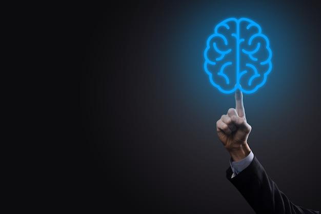 抽象的な頭脳とアイコンツール、デバイス、仮想、革新的な開発、将来の技術、科学、革新、ビジネスコンセプトの顧客ネットワーク接続通信を保持しているビジネスマン。
