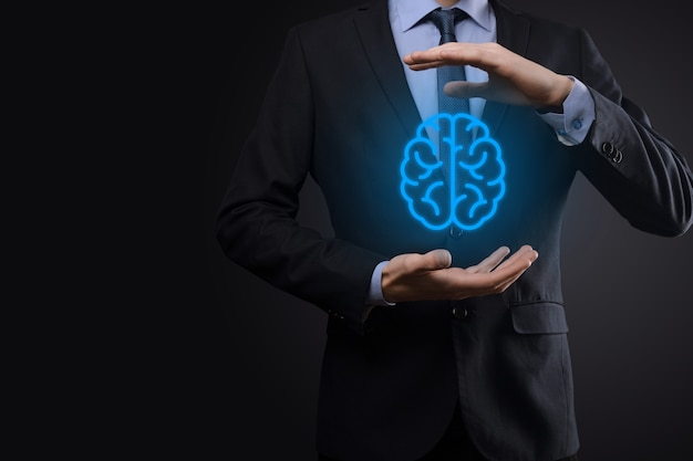 가상, 혁신적인 개발 미래 기술, 과학, 혁신 및 비즈니스 개념에 추상 두뇌와 아이콘 도구, 장치, 고객 네트워크 연결 통신을 개최하는 사업가.
