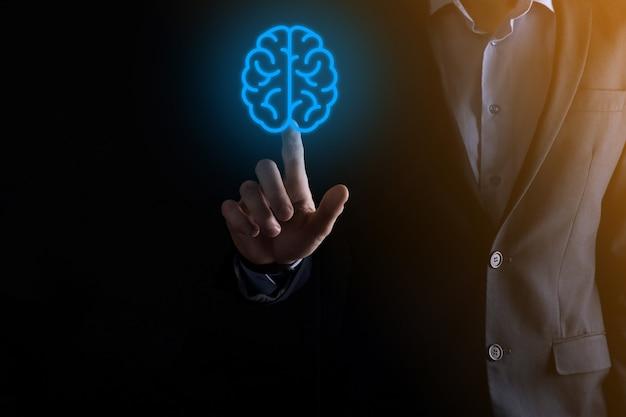 가상, 혁신적인 개발 미래 기술, 과학, 혁신 및 비즈니스 개념에 대한 추상적인 두뇌 및 아이콘 도구, 장치, 고객 네트워크 연결 통신을 들고 있는 사업가입니다.