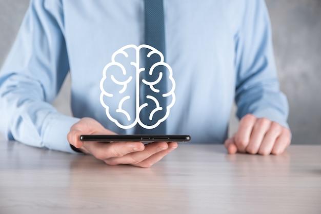 사업가 추상 두뇌와 아이콘을 들고입니다.