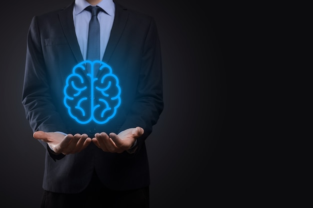抽象脳とシンボルツール、デバイス、仮想、革新的な開発、将来の技術、科学、革新、ビジネスコンセプトの顧客ネットワーク接続通信を保持しているビジネスマン。