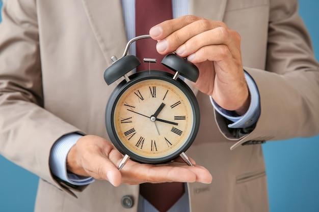 알람 시계, 근접 촬영을 들고 사업가입니다. 시간 관리 개념